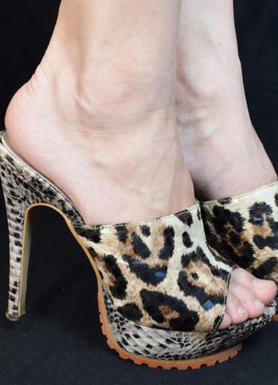 Тигровые босоножки на каблуке