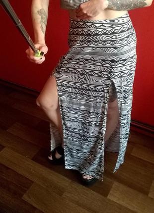 Длинная юбка в орнамент с разрезами