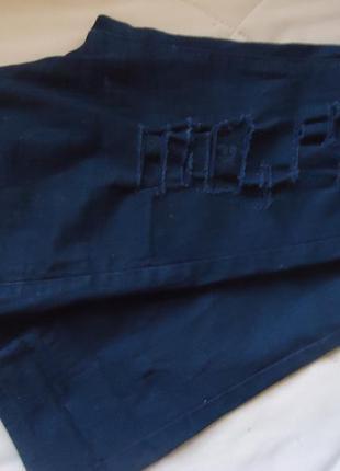 Черные рваные джинсы