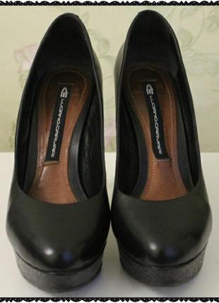 Черные туфли на высоком каблуке carvari