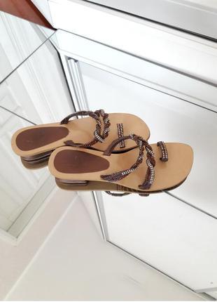 Бронзовые сандалии с камнями стразами .босоножки на удобном толстом каблуке