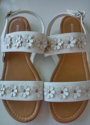 Босоножки декорированные цветами на низком ходу белые/пудровые