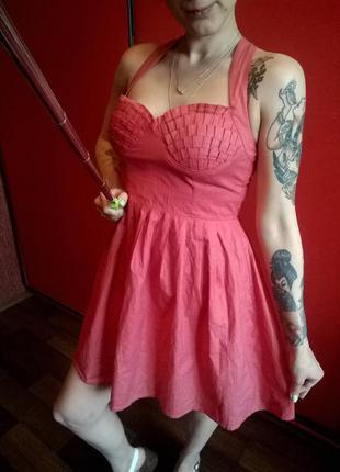 Красивое розовое платье с блестящим напыление и пышной юбкой