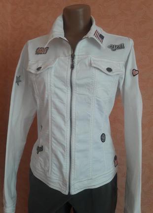 Актуальная джинсовая куртка с патчами