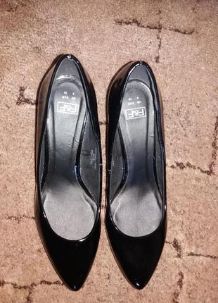 Лаковые туфли 39 размера