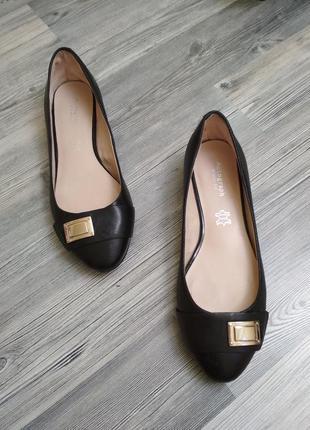 Стильные кожаные туфли балетки лодочки на низком каблуке