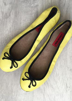 Кожаные туфли балетки лимонного цвета london rebel (asos)