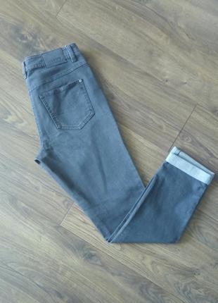 Фірмові простенькі сірі джинси із підворотом