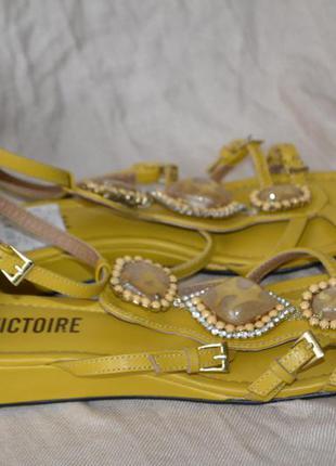 Роскошные босоножки класса люкс  pour la victoire с камнями, состояние новых