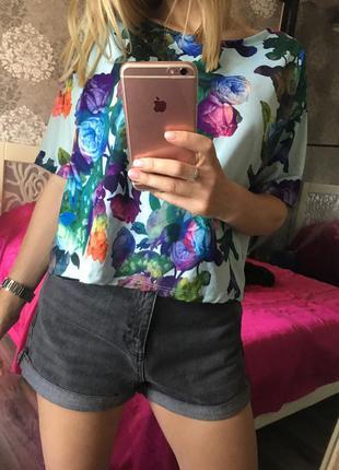 Яркая футболка в цветы