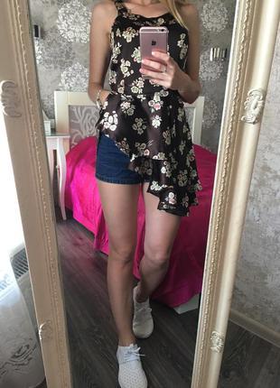 Длинная блузка с рюшей в цветы