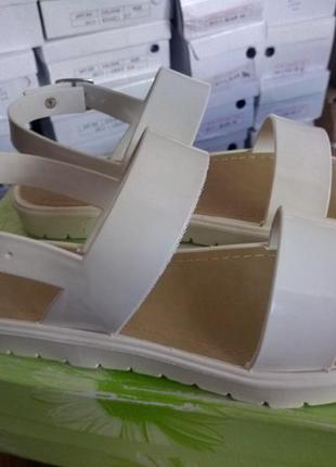 Белые силиконовые резиновые босоножки на низком ходу, тракторная подошва