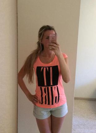 Розовая неоновая футболка