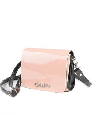 Розовая маленькая лаковая сумка-клатч через плечо кроссбоди с черными вставками