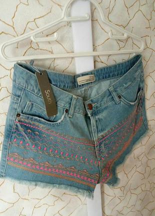 Новые джинсовые шорты с вышивкой и бахромой south