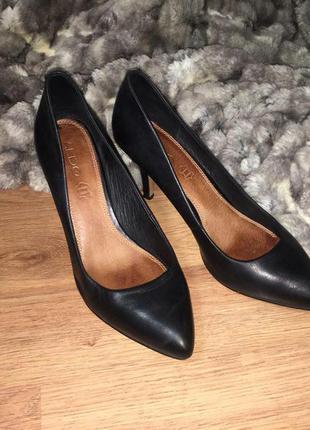 Кожаные черные туфли aldo с металлической вставкой 40 размер (26 см)