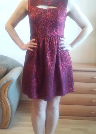 Нарядное красное платье.