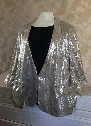Стильный блестящий пиджак в поедках