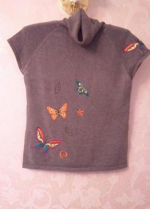 Серый свитер с вышитыми бабочками.