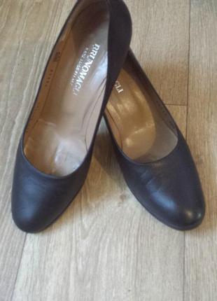 Классические кожаные туфли на каблуке от bruno magli