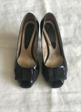 Чорні стильні лакові туфлі