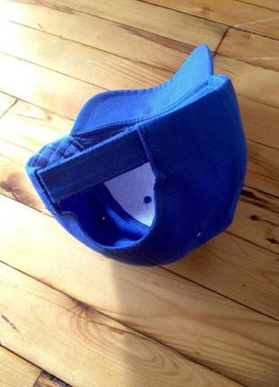 Аккуратная синяя кепка