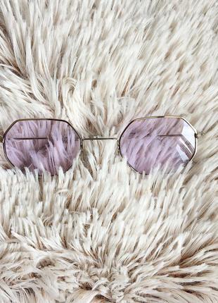 Восьмиугольные очки в тонкой оправе с фиолетовыми линзами