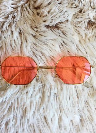 Восьмиугольные очки в тонкой оправе с красными линзами