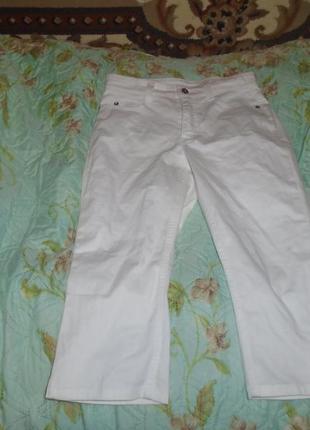 Красивые белые джинсовые бриджи