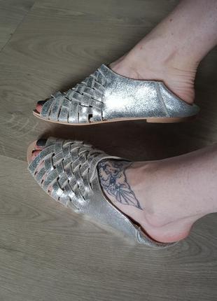 Клевые мягкие серебряные металлик тапки босоножки из натуральной кожи