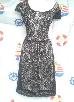 Нарядное,легкое платьеце на серебристой основе с красивейшим  гипюром. р.44-46