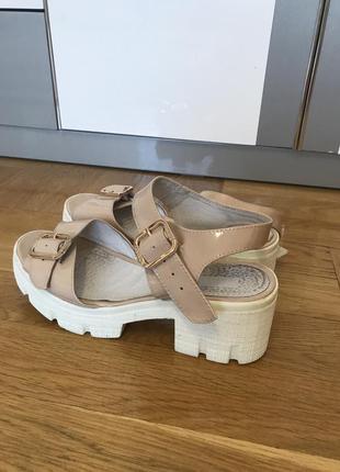 Лакове взуття на середньому каблуку. 39 розмір