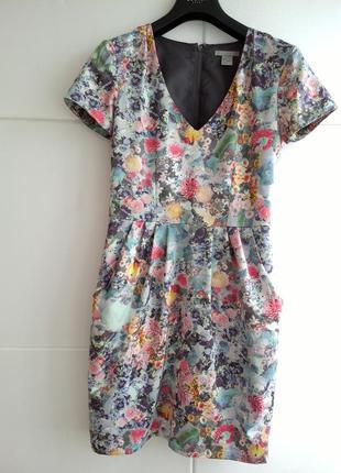 Красивое платье с принтом красивых цветов