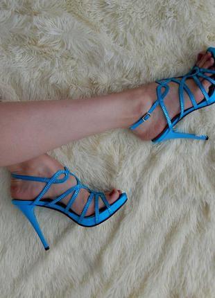 Классические босоножки голубые на шпильке со стразами