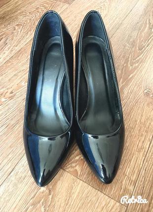 Чорные лаковые туфли