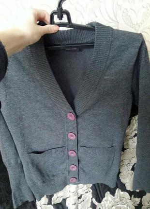 Модный джемпер серого цвета