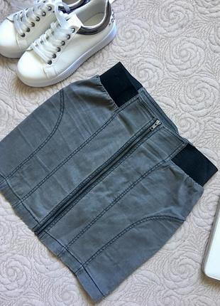 Короткая джинсовая мини юбка с замком спереди
