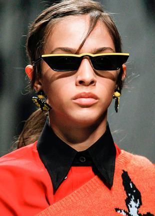 Чёрные узкие очки sci-fi с жёлтой полосой