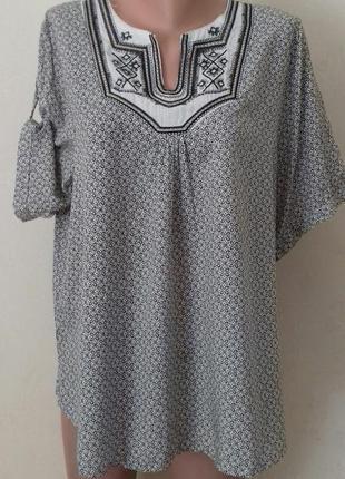 Легкая блуза с принтом и вышивкой большого размера