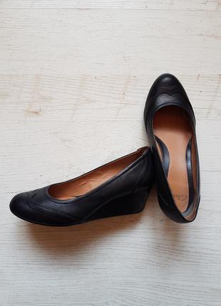 Женские кожаные туфли clarks. босоножки на платформе.