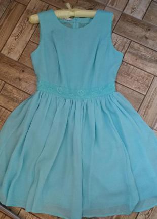 Коктейльна сукня з мереживною спинкою.