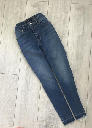 Трендовые джинсы с высокой посадкой и необработанным низом