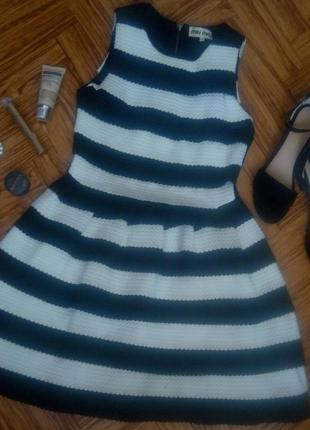 Модное черно-белое платье в полоску