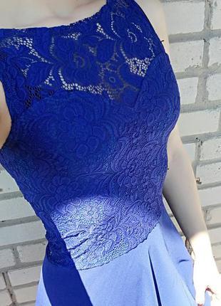 Вечернее платье синего цвета.