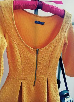 Теплое желтое платье bershka, с открытой спиной