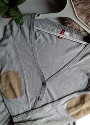 Короткий серый кардиган с замшевыми заплатками на локтях