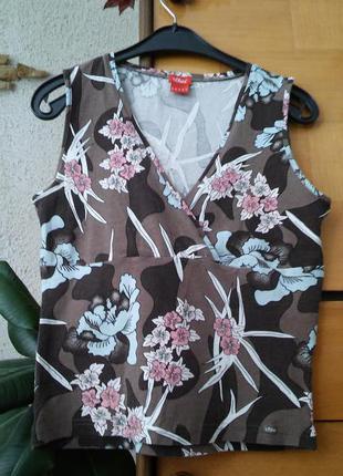Коричневая футболка в цветочный принт