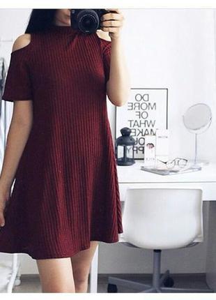 Платье с открытыми плечами в рубчик бордовое цвет марсала