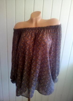Стильная блуза с цветочным принтом.