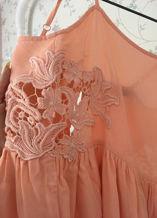 Летнее платье с вырезанными узорами2